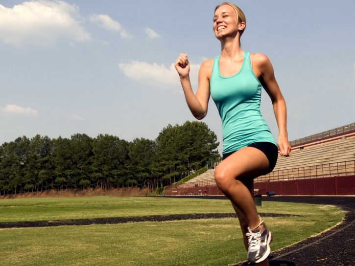 smiling-young-woman-was-jogging-with-a-high-legged-technique-e1430133662912-725x544